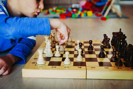Foto de little boy learning to play chess in preschool - Imagen libre de derechos
