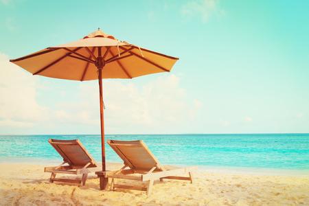 Foto de Two beach chairs on tropical vacation - Imagen libre de derechos