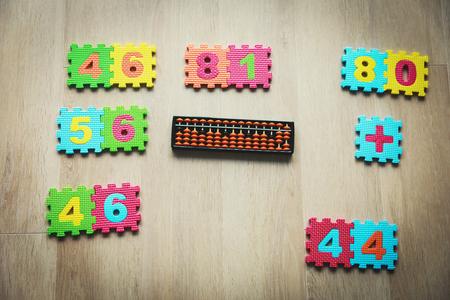 Foto de kids learning numbers, mental arithmetic, abacus calculation - Imagen libre de derechos