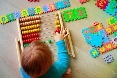 Foto de little girl learn numbers, abacus calculation - Imagen libre de derechos