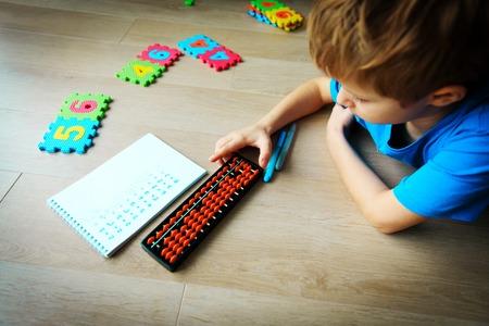 Foto de little boy learning numbers, mental arithmetic, abacus - Imagen libre de derechos