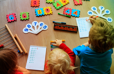 Foto de kids learning numbers, abacus calculation - Imagen libre de derechos