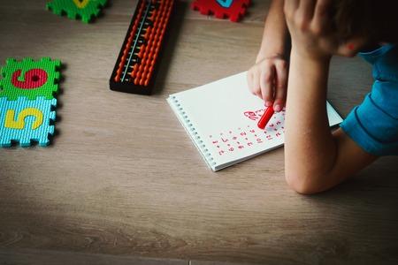 Foto de little boy learning math, numbers, calculations - Imagen libre de derechos