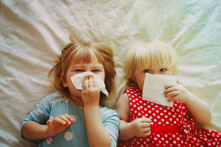 Photo pour kids wiping and blowing nose - image libre de droit
