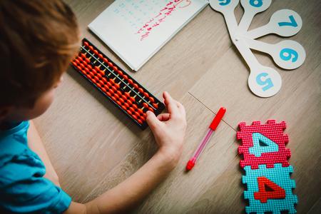 Photo pour little boy learning numbers, mental arithmetic, abacus - image libre de droit