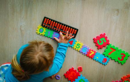 Foto de little girl learning numbers, mental arithmetic, abacus - Imagen libre de derechos