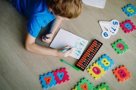 Foto de boy learning numbers, mental arithmetic, abacus calculation - Imagen libre de derechos