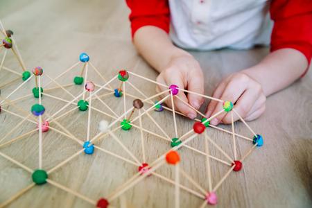 Photo pour child making geometric shapes, engineering and STEM - image libre de droit