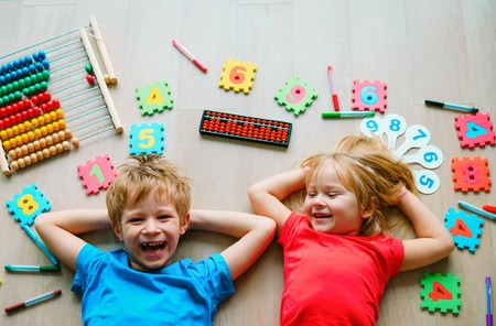 Foto de kids learning numbers, arithmetic, abacus calculation, education - Imagen libre de derechos