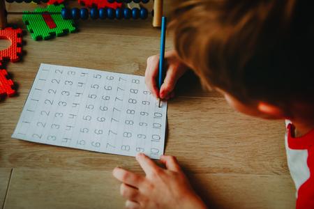 Foto de little boy learning to write numbers, arithmetic, abacus calculation - Imagen libre de derechos