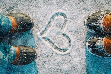 Photo pour love winter - feet in snow boots and heart in nature - image libre de droit