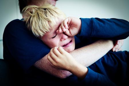 Foto de father comforting stressed crying sad son, parenting - Imagen libre de derechos