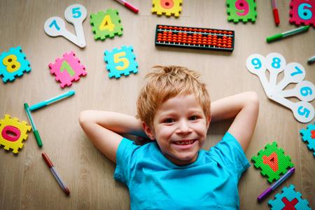 Foto de little boy learning numbers, mental arithmetic, abacus calculation - Imagen libre de derechos