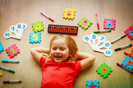 Foto de little girl learning numbers, mental arithmetic, abacus calculation - Imagen libre de derechos