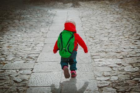 Foto de little girl goes to preschool or daycare on road - Imagen libre de derechos