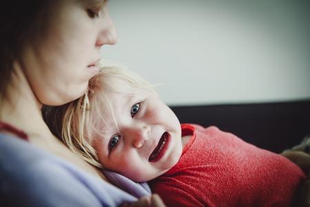 Foto de Mother comforting crying little baby, care and support - Imagen libre de derechos