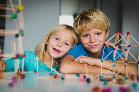 Photo pour kids making geometric shapes, engineering and STEM - image libre de droit