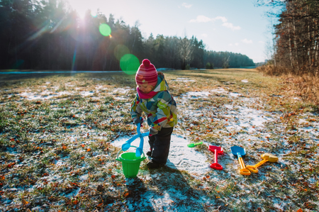 Foto de little girl play with first snow in nature - Imagen libre de derechos