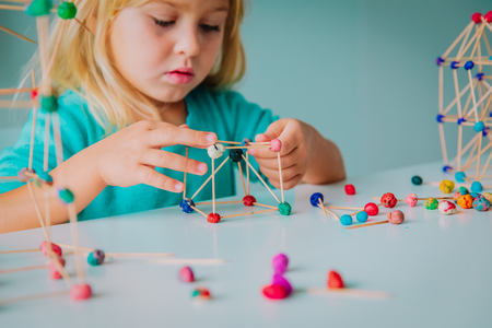 Photo pour child making geometric shapes, engineering and STEM - image libre de droit