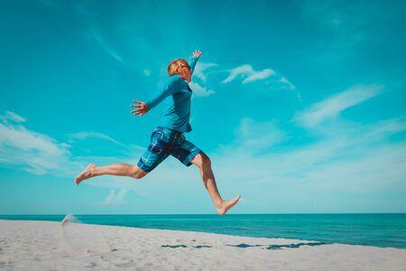 Foto de happy young man on beach vacation, enjoy sea - Imagen libre de derechos