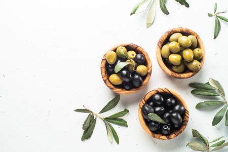 Photo pour Black and green olives on white. - image libre de droit