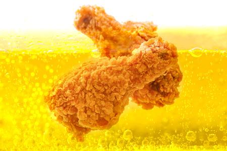 Photo pour Chicken deep frying in oil - image libre de droit