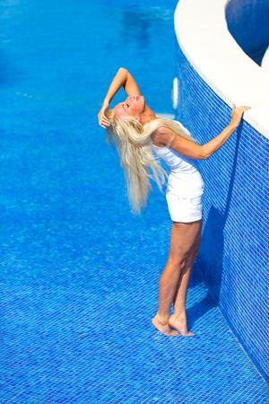 Foto de Pretty Blonde Woman in Pool - Imagen libre de derechos