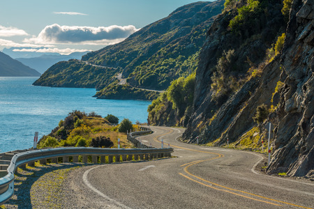 Photo pour Road along Lake Wakatipu, Queenstown, New Zealand - image libre de droit