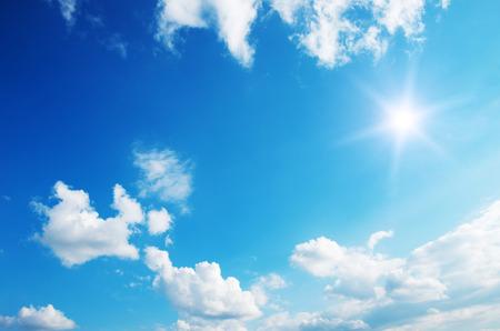 Photo pour Sun in blue sky. - image libre de droit