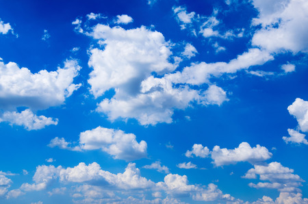 Foto de blue sky background with white clouds - Imagen libre de derechos