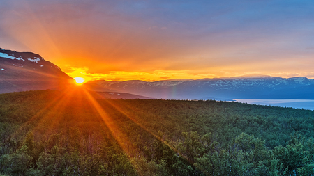 Foto de Midnight sun in summer in Abisko National Park, Sweden - Imagen libre de derechos