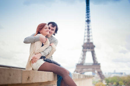 Photo pour Lovers hugging in Paris with the Eiffel Tower in the Background - image libre de droit