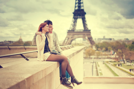 Photo pour Lovers in Paris with the Eiffel Tower in the Background - image libre de droit