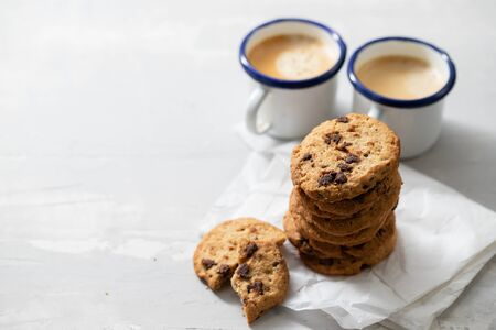 Photo pour coffee and cookies with chocolate chips on ceramic background - image libre de droit