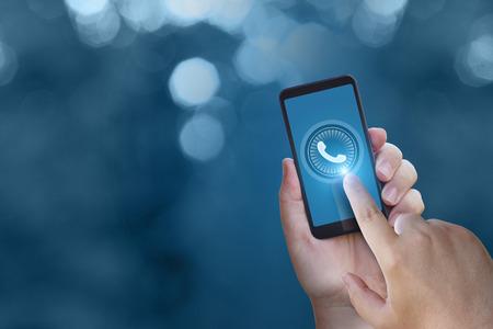 Photo pour The hand presses the call button on the phone. - image libre de droit