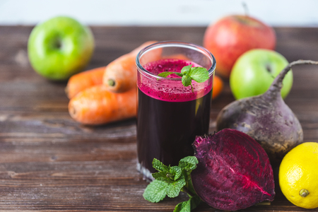 Photo pour fresh juice from homemade vegetables. Beet smoothie. Detox, vegetarianism On a bright wooden background Close up - image libre de droit