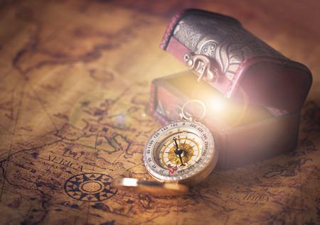 Photo pour compass on vintage map with treasure Chest - image libre de droit