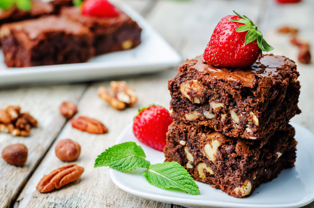 Photo pour chocolate nut brownie cake decorated with strawberries. the toning. selective focus - image libre de droit
