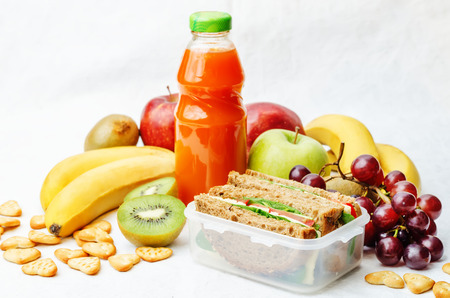 Photo pour school lunch with a sandwich, fresh fruits, crackers and juice - image libre de droit