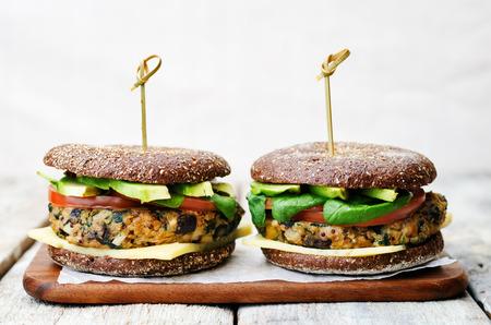 Photo pour vegan quinoa eggplant spinach chickpeas rye Burger. - image libre de droit