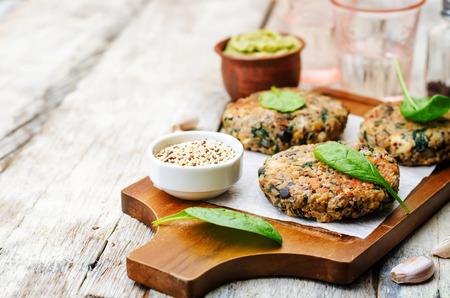 Photo pour vegan quinoa eggplant spinach chickpeas Burger. - image libre de droit