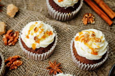 Photo pour pumpkin pie spices walnuts banana cupcakes with salted caramel and cream cheese frosting. toning. selective Focus - image libre de droit