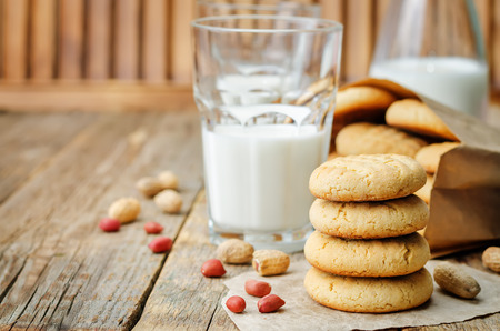 Foto de Peanut butter cookies with glasses of milk on a wood - Imagen libre de derechos