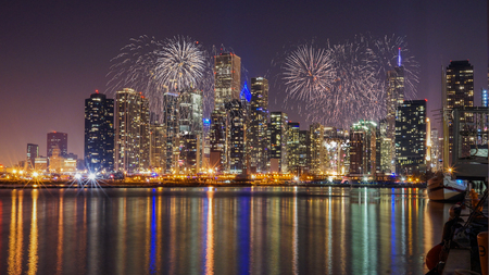 Photo pour Chicago skyline with Reflection from Lake Michigan and Fireworks - image libre de droit