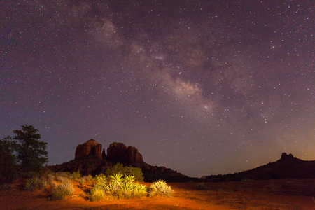 Photo pour Milky Way Over Cathedral Rock - image libre de droit