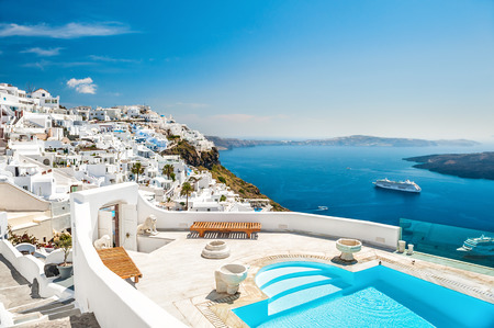 Foto de White architecture on Santorini island, Greece. Swimming pool in luxury hotel. Beautiful view on the sea - Imagen libre de derechos