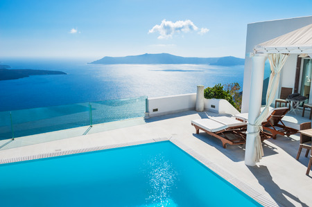 Foto de White architecture on Santorini island, Greece. Swimming pool in luxury hotel. Beautiful landscape with sea view - Imagen libre de derechos