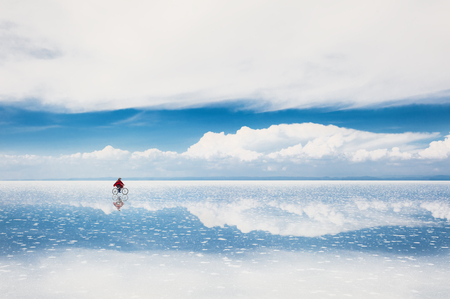 Foto de Mirror surface on the salt flat Salar de Uyuni, Altiplano, Bolivia - Imagen libre de derechos