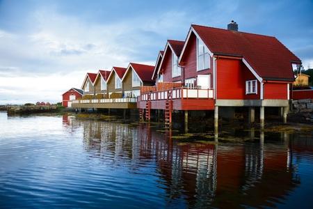 Foto de Red wooden cabins at campsite by the fjord in Molde, Norway - Imagen libre de derechos