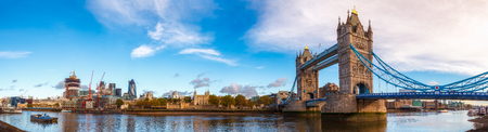 Foto de Panoramic London skyline with iconic symbol, the Tower Bridge and Her Majesty's Royal Palace and Fortress, known as the Tower of London as viewed from South Bank of the River Thames in the morning light - Imagen libre de derechos